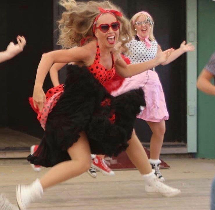 Lina och Carola dansar i 50-talskläder
