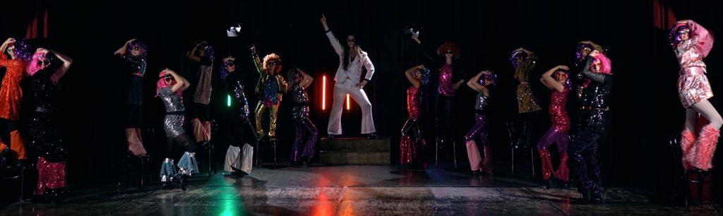 LL dansare i glittriga 70-tals outfits på scenen